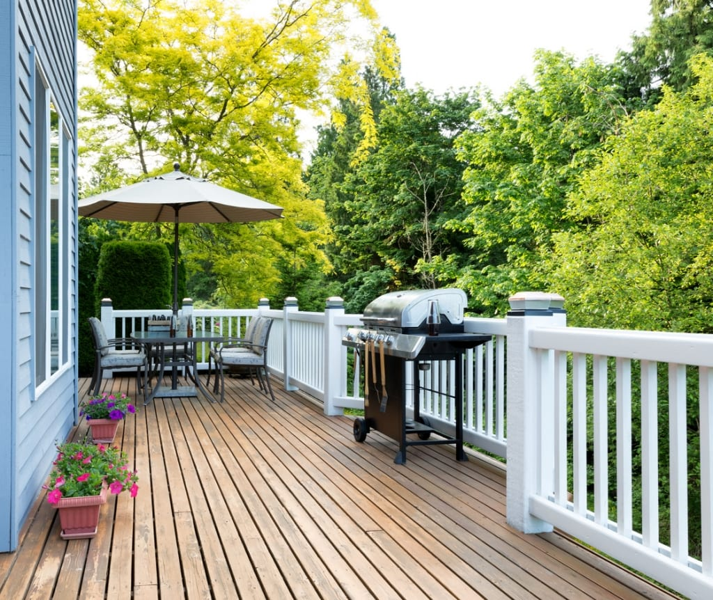 Deck With Vinyl Railing